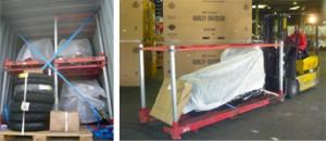 Motos sur palette de transport et rangées dans un conteneur