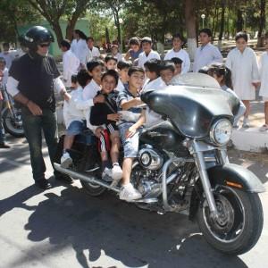 A la sortie d'une école sur un voyage moto Harley en Argentine