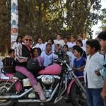 A la sortie d'une école sur un voyage moto Harley en Argentine et Chili