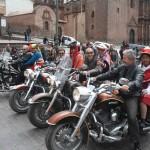 Sur la Place d'Armes à Cusco lors d'un voyage moto Harley au Pérou