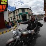 Dans les rues de Puquio alors d'un voyage moto Harley au Pérou